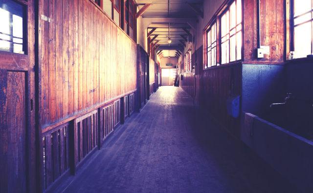 木造校舎の片付けをしていると不気味な白黒写真が出てきた