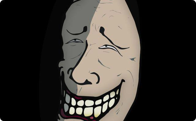 不気味な笑顔
