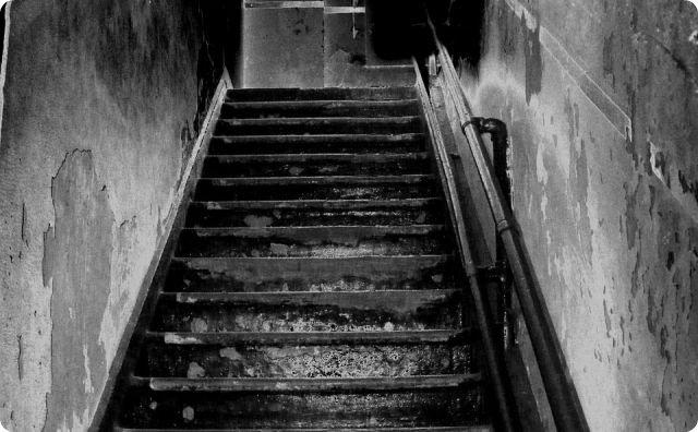 階段-【異次元?】数年後。そのおっさんは壁の中から発見された