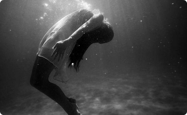 女性、泳ぐ