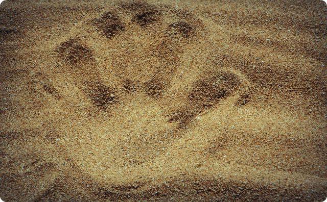 砂、手の跡