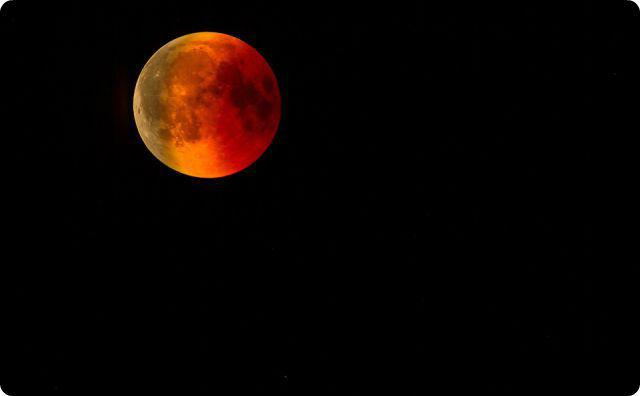 不気味な月