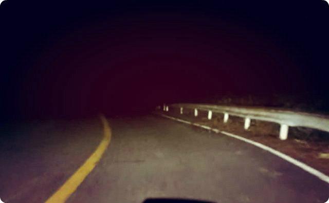 【ゾッとする話】夜の山道にいたおばあさん