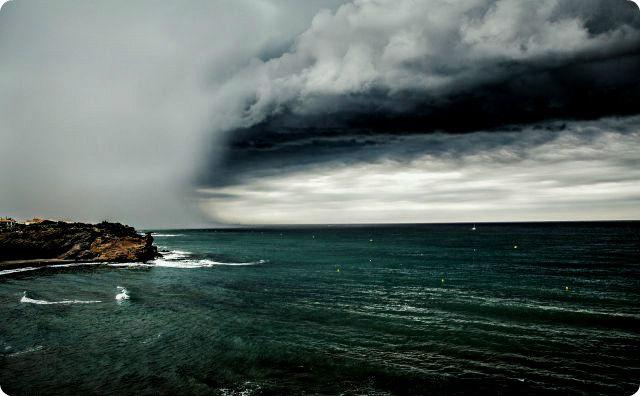 海、曇り空