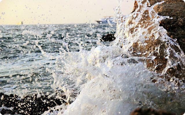 海、崖、波しぶき