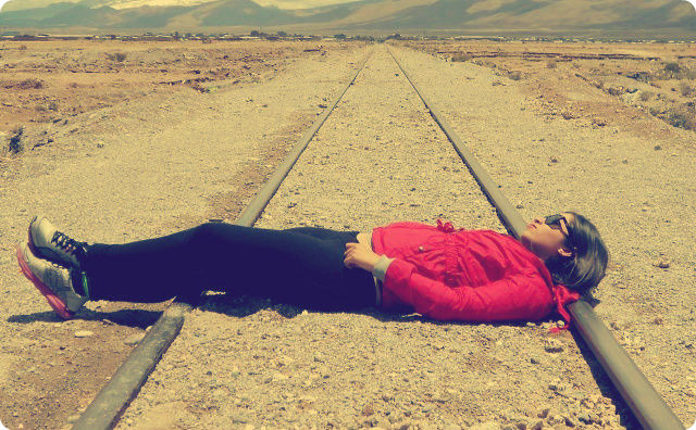 線路、横たわる女性