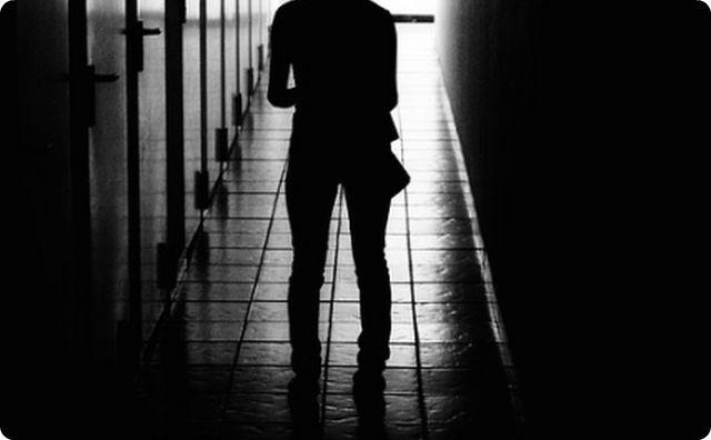 【不気味な人間】百貨店のトイレの個室に入っていると、謎の言語を発しながら人間が入ってきた