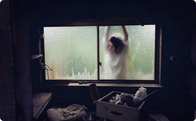 窓の外に人