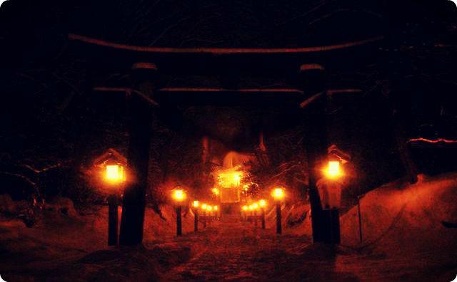 夜の神社、神秘的