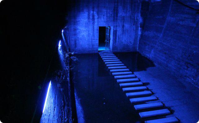 建物内、暗い