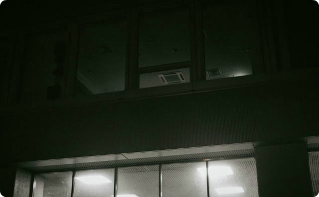 薄暗いオフィス