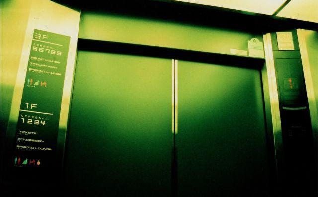 残業、貨物用エレベーター、人の顔