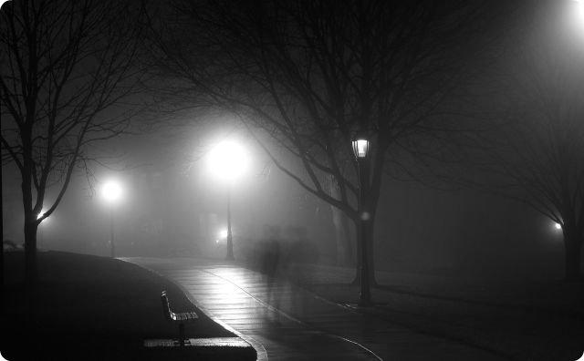 深夜の公園、怖い