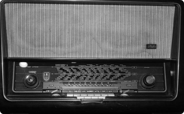 ラジオ、不気味な放送