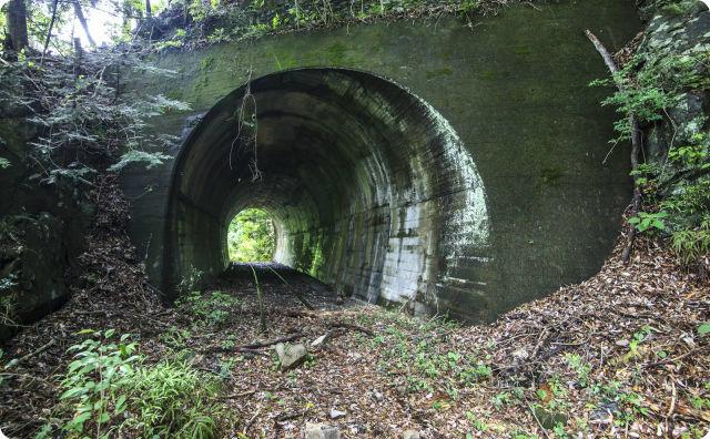山奥のトンネル