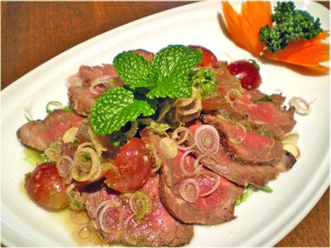 New Prawjai〈牛肉のたたきとブドウのサラダ〉