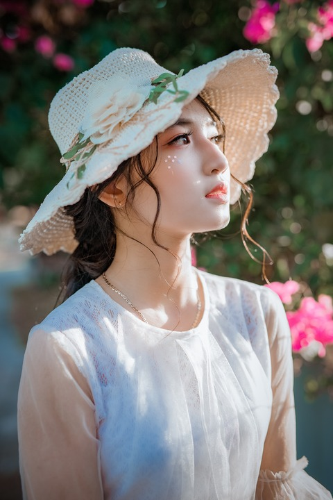 woman-wearing-sunhat-1382731