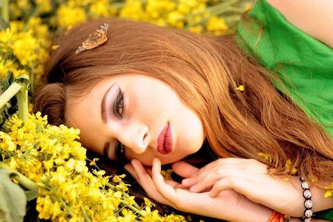 girl-1324541_1280