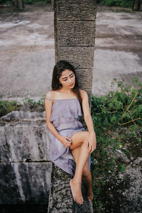 woman-posing-on-a-concrete-post-3285405