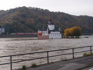 川の中の城