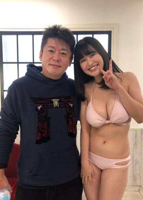 堀江貴文さん、爆乳女子とのツーショットでご満悦(画像)