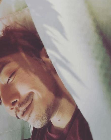 成宮寛貴、お昼寝中の自撮り写真に女性ファン歓喜「添い寝したい!」(画像あり)