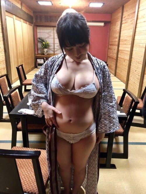 【画像】浴衣を脱いだらめっちゃエ口い体をしたまんさんがこちらwwwwwwwww