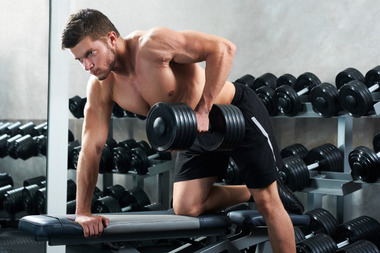 handsome-young-athlete-working-out-at-the-gym_7502-5024