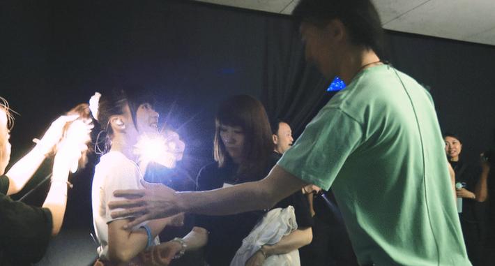 【悲報】声優の水瀬いのりちゃん(23)、高身長イケメンにボディタッチされてメス顔を見せてしまう