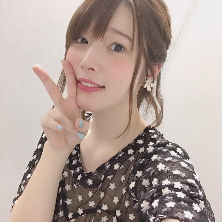 【画像あり】声優の内田真礼さんがすげえエロい服着てるぞwww