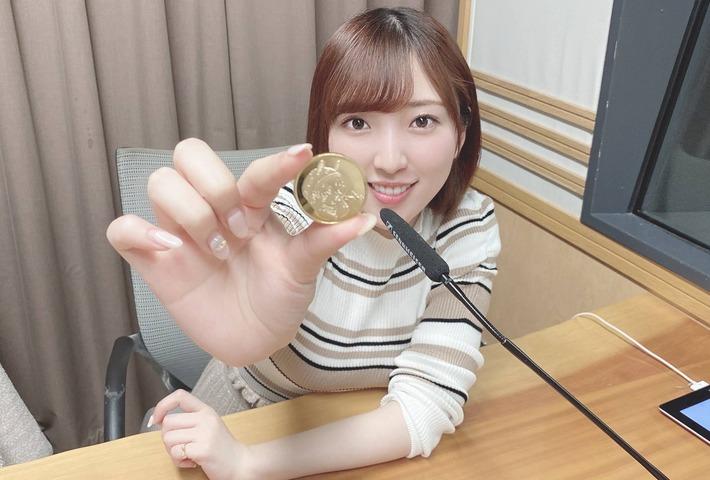 【朗報】声優の豊田萌絵さん、机の上にお乳をのせてしまうwww