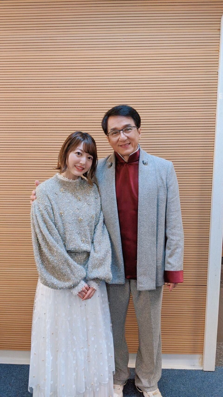 【悲報】声優の花澤香菜さん、仕事のため偉いオッサンに肩を組ませてしまうwww