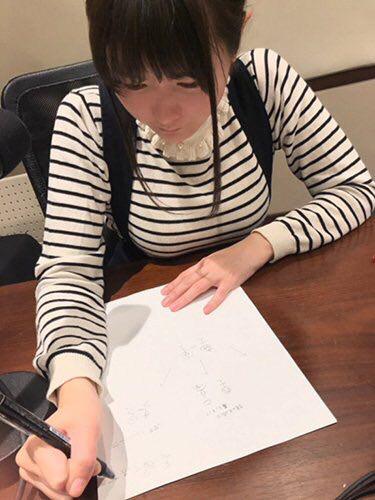 【画像】声優の竹達彩奈さん、デカすぎるおっぱそを机に乗せて巨乳アピールwwwwww