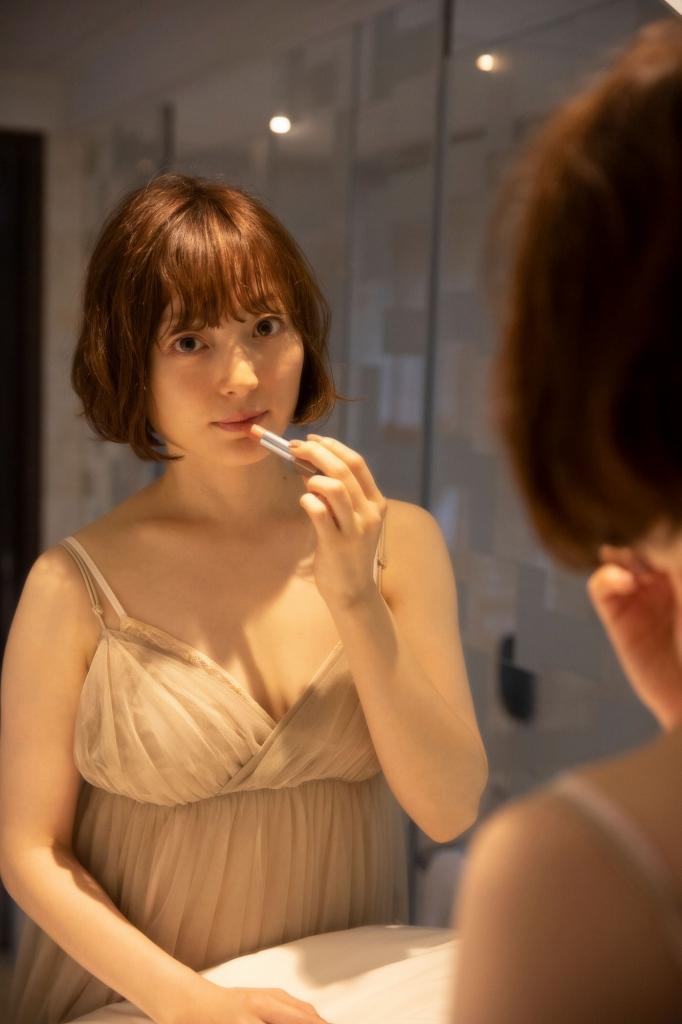 【朗報】声優の花澤香菜さん、30歳の節目にシコられたい欲が溢れセクシー姿を披露wwwww