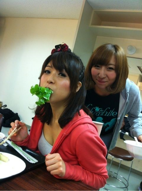 【画像】新田恵海さん、胸の谷間を見せつけながらある物をくわえてしまうwww