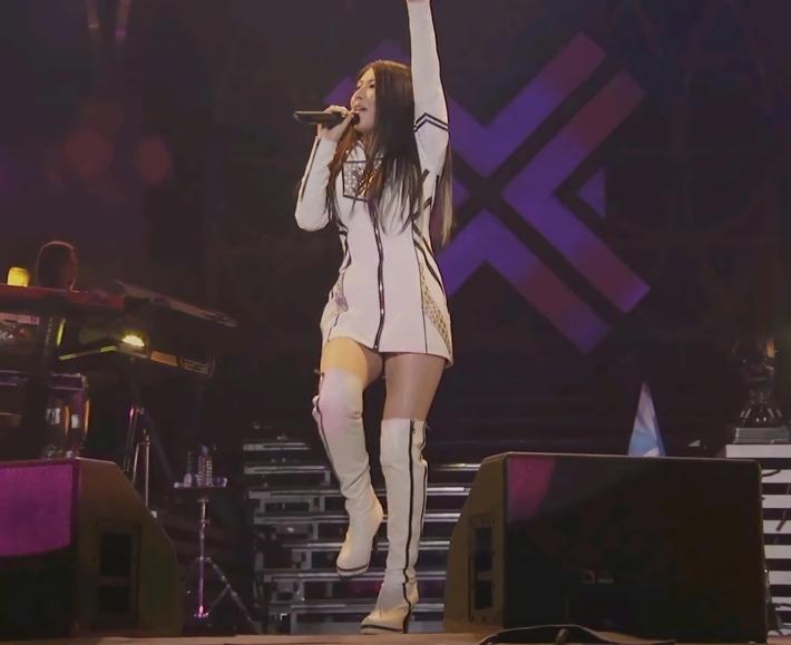 【画像】ドスケベ女声優さん、ライブでムチムチ太ももとパンチラ連発wwwwwwww