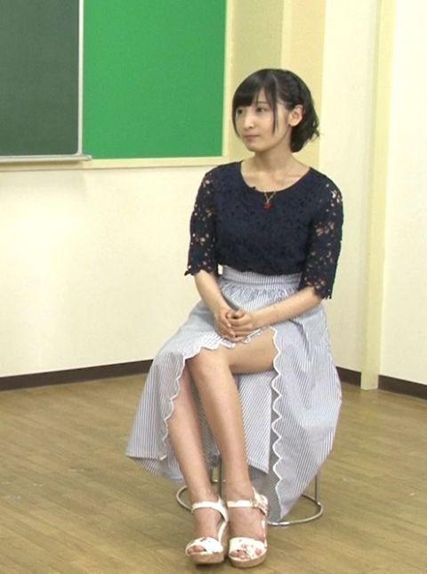 スカートから足が見える佐倉綾音