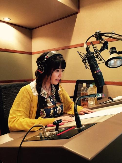 声優・竹達彩奈さんのお胸は机に乗るくらいのでかパイである