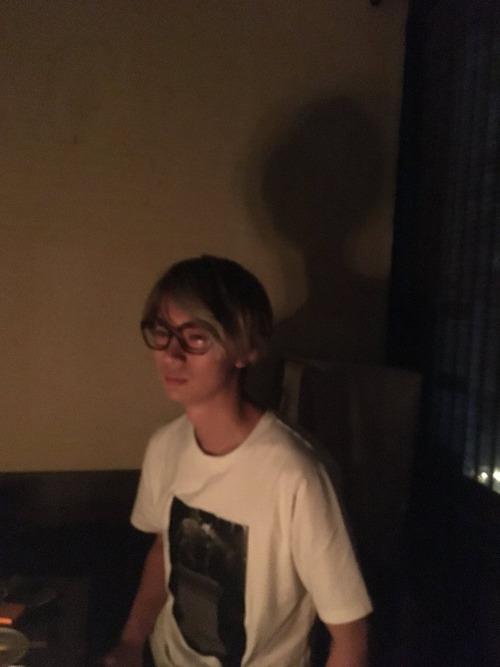 【画像】声優・江口拓也の影がE.T.みたいになってるwww