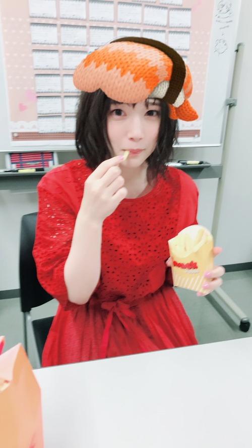【画像】えびのお寿司を頭に乗せてる内田真礼www