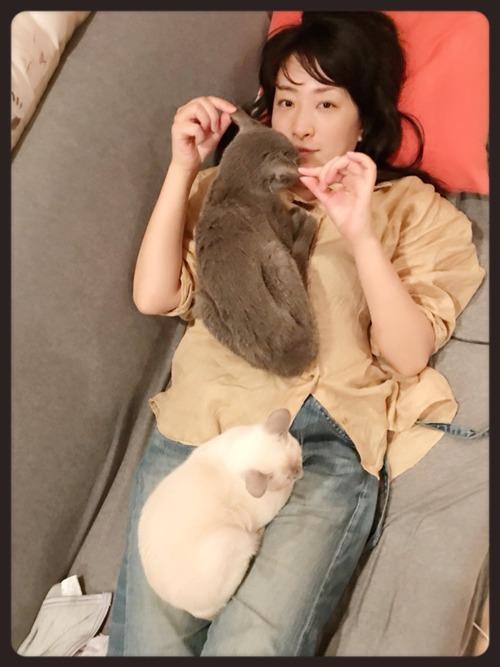 【画像】声優・植田佳奈さんが猫と戯れておられる