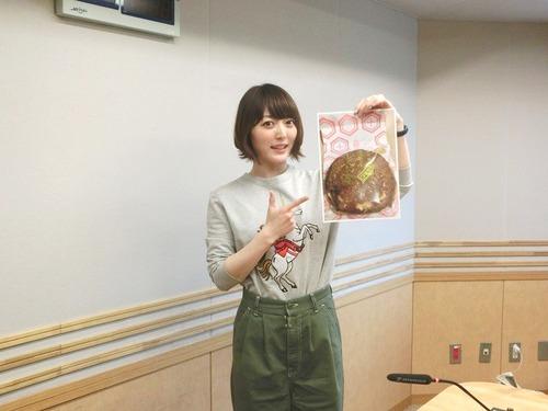 【画像】声優・花澤香菜さんの服のセンスは相変わらずだな
