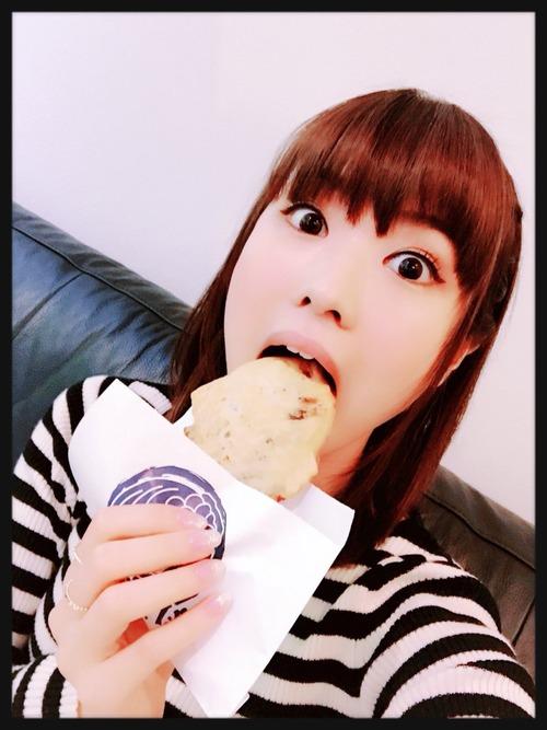 【画像】たい焼きを食べる直前の渕上舞さん可愛すぎるんだけど