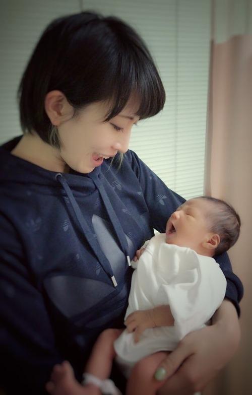 【画像】声優・名塚佳織「産まれました♡」