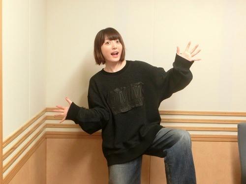 【画像】声優・花澤香菜さんのこのポーズなんか面白いな