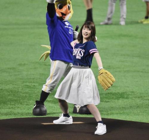 【画像】声優・内田真礼さんの投球フォームwww
