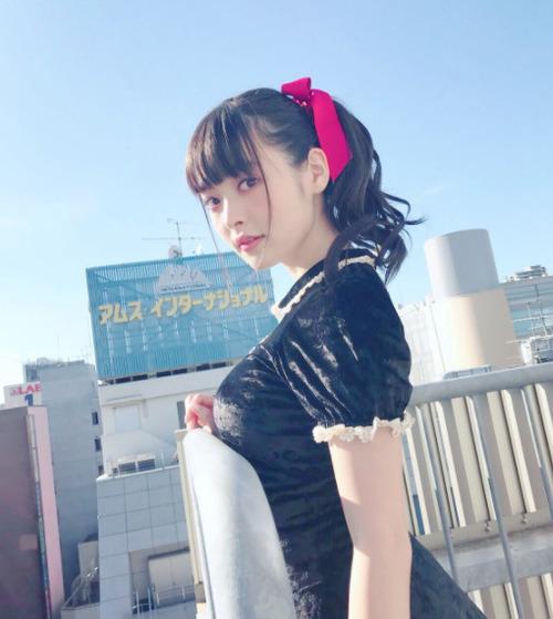 【画像】声優・上坂すみれさん、手すりに乗せてしまう