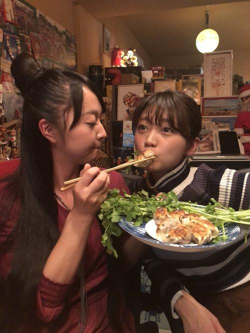 【画像】声優・橘田いずみさんに餌付けされてる三森すずこさんいいよね