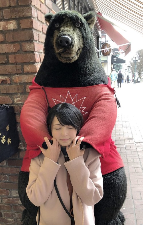 【画像】三上枝織さんがクマに抱かれてるwww