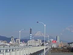 静岡市街に浮かぶ富士